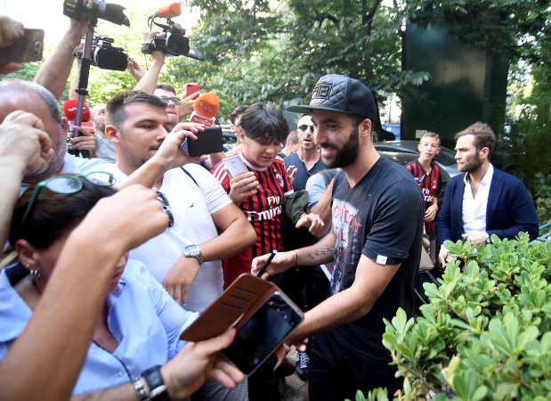Higuain signs for Milan