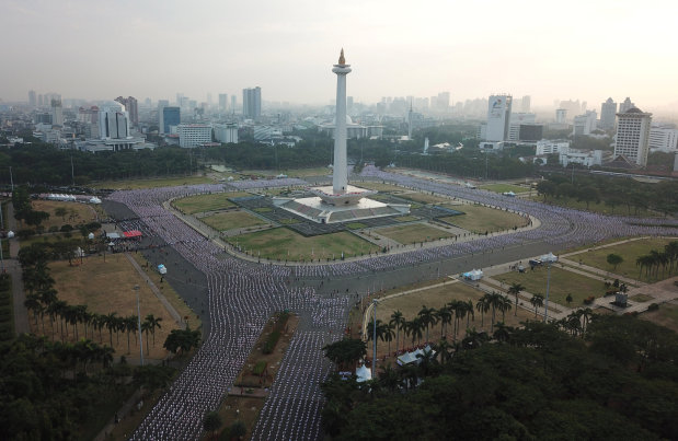 OMG: 65,000 Indonesians go loco for poco-poco in Asian Games record attempt