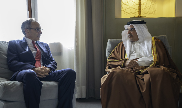 <p>His Royal Highness Prince Salman bin Hamad Al Khalifa, Crown Prince, Deputy Supreme Commander and First Deputy Prime Minister, yesterday received the UK Ambassador Simon Martin, at Riffa Palace. They discussed close ties.</p>