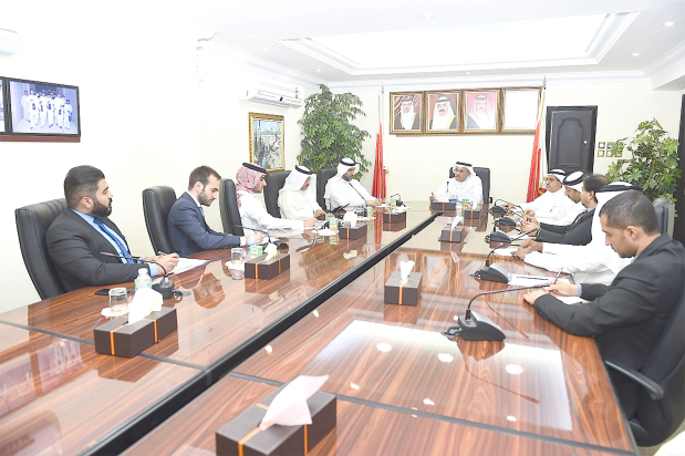<p>New ways to support small and medium-sized enterprises were discussed during a meeting between Northern Governor Ali Al Asfoor and Bahrain Chamber of Commerce and Industry's (BCCI) commercial markets committee members and chairman Abdul Hakim Al Shammari. The governor praised the BCCI's role in spurring the economic and investment sectors, as well as in supporting businessmen and investors. He also commended the committee for its efforts to provide facilities and services to merchants in local markets.</p>