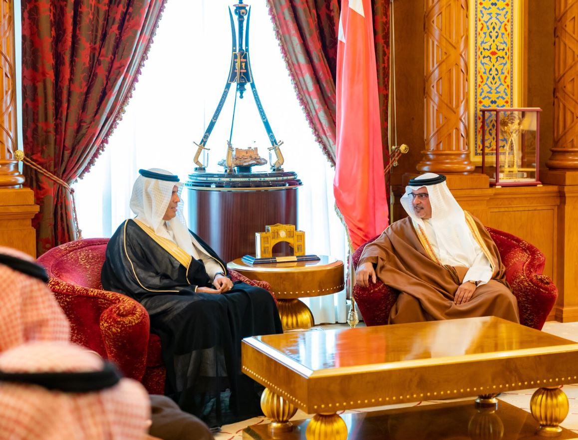 <p>His Royal Highness Crown Prince Salman bin Hamad meets Saudi Arabia's Minister of Transport, His Excellency Dr. Nabil bin Mohammed Al-Amoudi and the President of the Saudi Railways, His Excellency Dr. Rumaih bin Mohammed Al-Rumaih.</p>