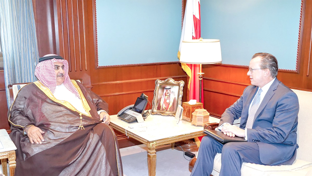 Foreign Minister Shaikh Khalid bin Ahmed Al Khalifa yesterday met US Ambassador Justin Siberell and hailed strong relations binding the two countries. He stressed strategic partnership and steadily-growing co-operation. The US envoy also expressed his country's desire to strengthen ties.