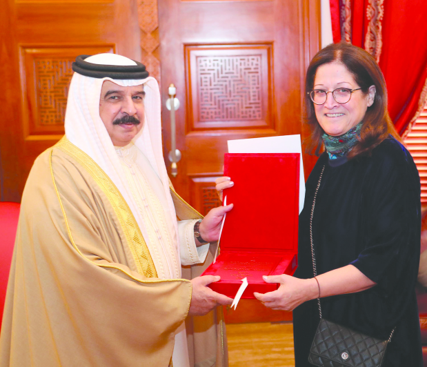 <p>His Majesty King Hamad received at Safriya Palace yesterday Royal Court Special Envoy Sameera Rajab, who presented him with her new book which casts light on challenges to the Arab region amid geopolitical, regional and international changes.</p>