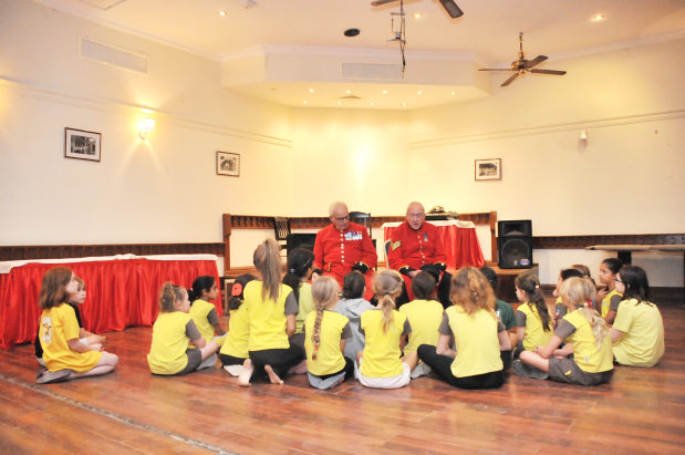 <p>The Chelsea Pensioners speaking to the Brownie Girls.</p>