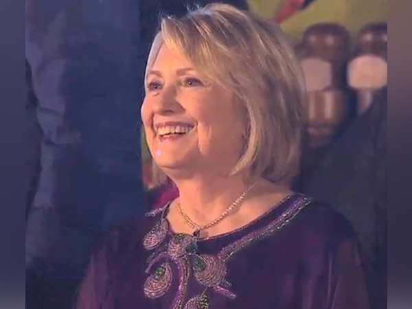 Hillary Clinton grooves to Bollywood numbers with SRK