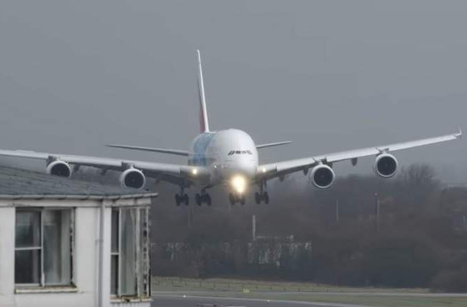 VIDEO: Pilots battle strong winds to land Emirates A380