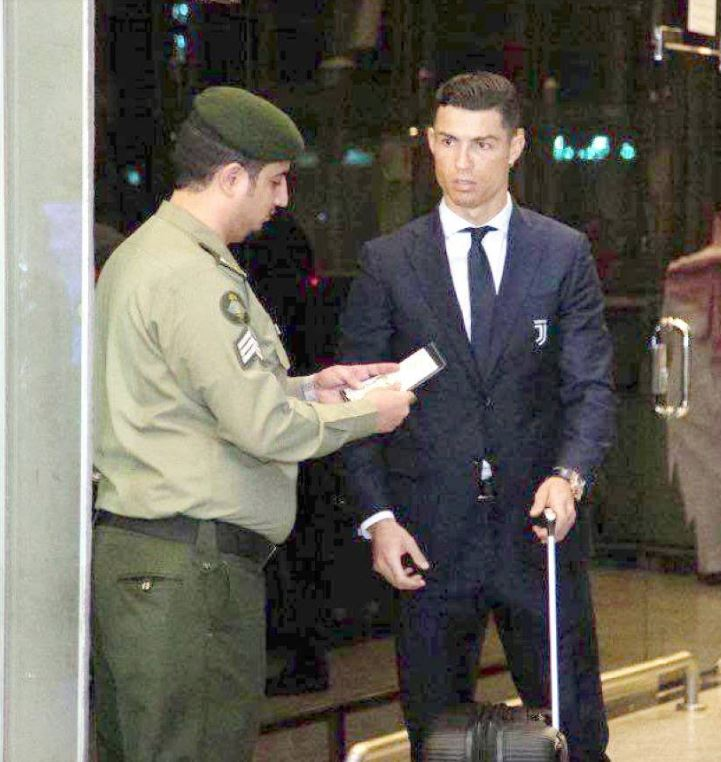 Photo of Saudi Customs officer checking Cristiano Ronaldo's passport goes viral!