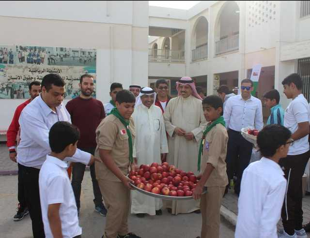 <div>Education Minister Dr Majid Al Nuaimi yesterday visited Al Ma'ameer Intermediate School for Boys and met administrative and teaching staff. He was briefed on an extracurricular programme, Excellence, to foster reading habits among students, who were offered fresh fruit for their breakfast.</div>