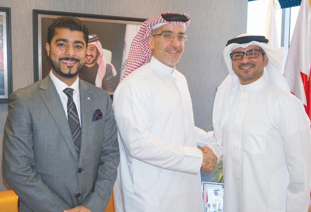 <p><em>Al Nusuf, right, receives Kanoo</em>&nbsp;</p>