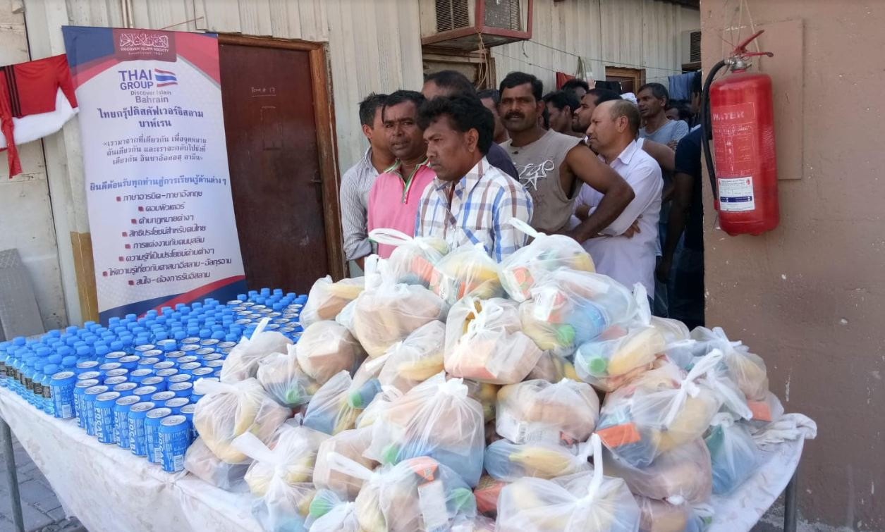 <p>Water bottles, snacks and fruits were distributed as &lsquo;Beat the heat&rsquo; initiative organised by Discover Islam Thai group in association with Pocari Sweat ion supply drink, Bahrain Pharmacy and Dream Gold Jewellery.</p>