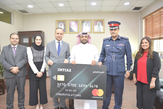 <p>Traffic deputy director general Colonel Mohammed Daraj honoured the first winner of a weekly prize for users of e-services. Bahrain Credit director of credit cards Abdulrasool Al Aali was present. The e-services are available through the national portal Bahrain.bh or via the e-traffic application which can be downloaded on smartphones or e-government platforms. Bahraini Abdullah Al Atawi won BD50 provided by Bahrain Credit company Imtiaz, after a draw of ID numbers of those who used e-services. The prizes will continue until June next year.</p>