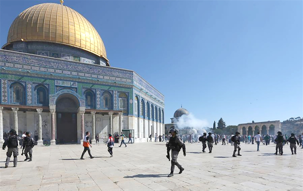 Israel police and Palestinians clash at Jerusalem holy site