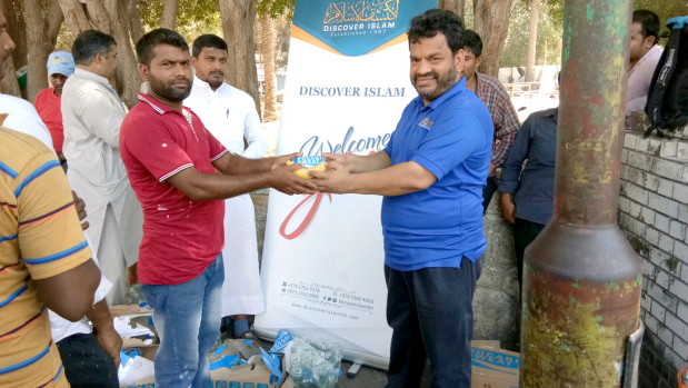 <p><em>Volunteers handing out the drinks and fruits</em></p><p>Hundreds of workers were presented with fruit as part of an initiative organised by Discover Islam.&nbsp;</p><div>The Beat the Heat initiative, in its 15th week, included the distribution of water bottles, snacks and fruit to 350 workers in the Salmaniya area.&nbsp;</div><div><br></div><div>Through the campaign, more than 3,000 workers received refreshments during summer this year. The campaign will continue until the end of the season.&nbsp;</div><p><em><br></em></p>