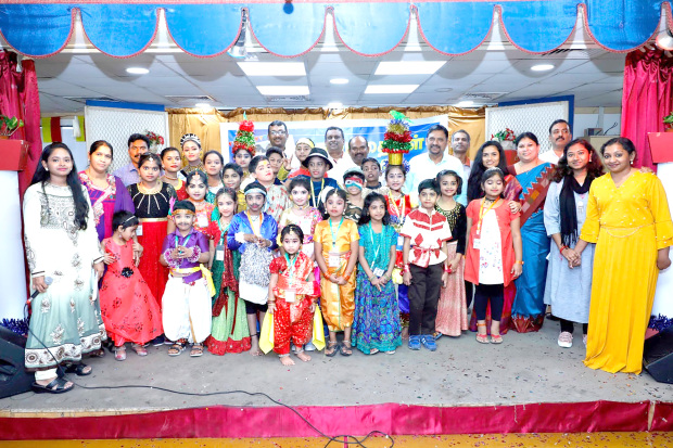 <p><em>Some of the children and officials at the event</em></p>
