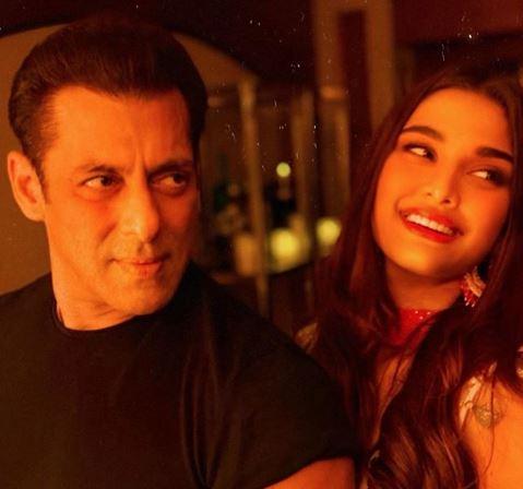 Debutant Saiee Manjrekar shares a picture with Salman Khan in Dabangg 3