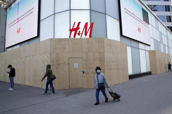 Pandemic pushes H&M into deep loss, recovery outlook unclear
