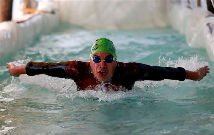 Argentine paralympic swimmer builds pool with plastic bag