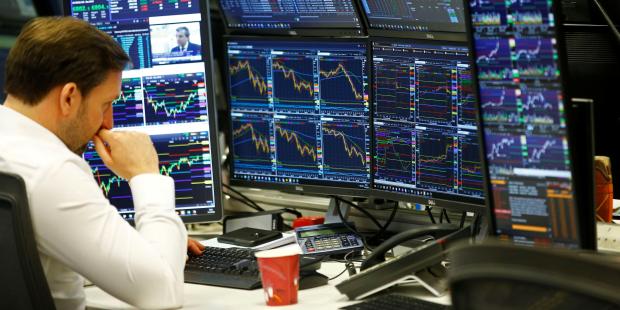 Investors raise cash as US recovery wobbles