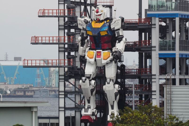 VIDEO: Giant robot moving in Japan harbour entrances millions on Twitter